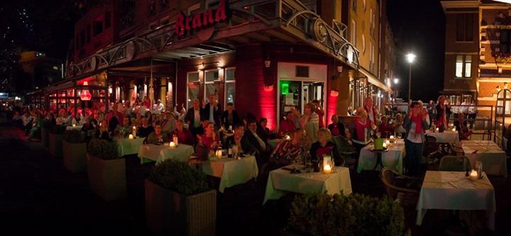 EXTRA CONCERT GUIDO'S ORCHESTRA  Wegens succes zal Guido's Orchestra dit jaar een tweede concert gaan geven op zondag 30 juni. Deze avond zal er anders uit zien dan de zaterdag. Met o.a. The TEN tenors uit Australië. Dit mag je niet missen!  Tijdens dit concert serveren wij een 2-gangen menu en bieden een concert ticket aan incl welkomst drankje voor €75,- p.p. (excl drank) Wilt u graag nog een derde gang zoet?  Geen probleem, BITES kaart met zoetigheden ligt klaar (prijs niet inbegrepen)  Kaarten zijn alleen verkrijgbaar bij CAFE SUUS Mail voor meer info naar: info@cafe-suus.nl of loop vanaf woensdag gerust even binnen.  We gaan er wederom een top avond van maken.  TEAM SUUS